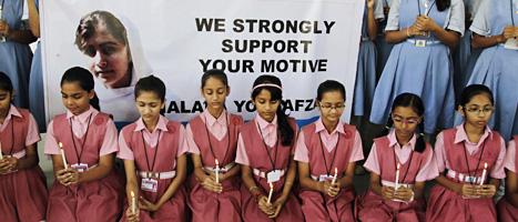 Indiska skolflickor visar att de stöder den pakistanska flickan Malala. Foto: Ajit Solanki/Scanpix.