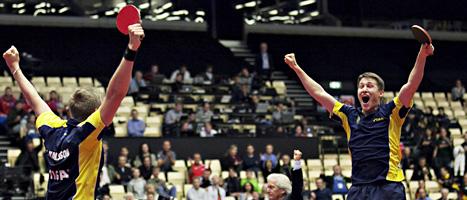 Kristian Karlsson och Mattias Karlsson jublar efter segern i semifinalen i bordtennis-EM. Foto: Astrid Dalum/AP/Scanpix