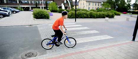 En pojke cyklar i staden Haparanda. Foto: Thord Nilsson/Scanpix