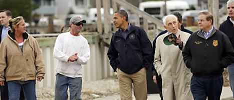 USAs president Barack Obama besöker staden Brigantine och tittar på skadorna efter ovädret. Foto: Pablo Martinez/Scanpix