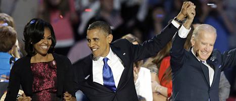 Barack Obama vann valet i USA och får fortsätta som president. Han firar segern med sin fru Michelle och vicepresident Joe Biden.Foto: Chris Carlson/Scanpix.