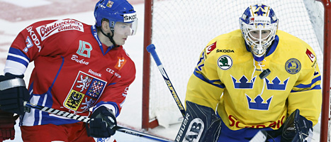 Sveriges målvakt Gustaf Wesslau räddar en puck i matchen mot tjeckien. Foto. David Josek/Scanpix.