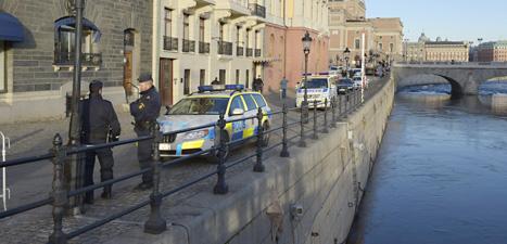 Poliser och polisbilar utanför Sagerska palatset i Stockholm. Foto: Bertil Enevåg Ericson/Scanpix