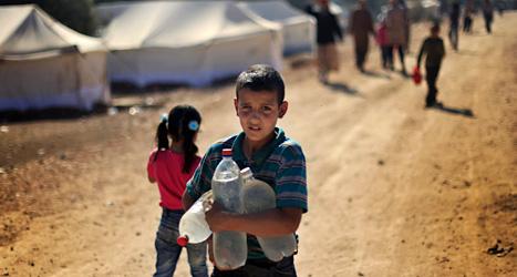 En syrisk pojke bor med sin familj i ett flyktingläger nära gränsen mot Turkiet. Foto: Khalil Hamra/Scanpix.