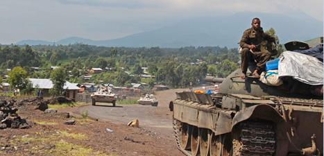 Rebellerna har jagat bort regeringens soldater från staden Goma i  Kongo-Kinshasa. På bilden ser du en av regeringssoldaternas stridsvagnar. Foto: Melanie Gouby/AP/Scanpix.