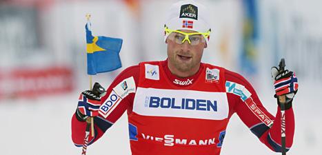 Norge vann stafetten i Gällivare. Petter Northug åkte i mål med en svensk flagga i handen i stafetten. Kanske vill han göra sig lite poppis bland svenskarna. Foto: Terje Bendiksby/Scanpix.