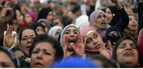 Människorna på Frihetstorget i Kairo  protesterar mot landets ledare Muhammed Mursi. Foto: Khalil Hamra/Scanpix.