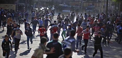 Det blev bråk mellan demonstranter och poliser på Frihetstorget i Kairo. Foto: Khalil Hamra/Scanpix.