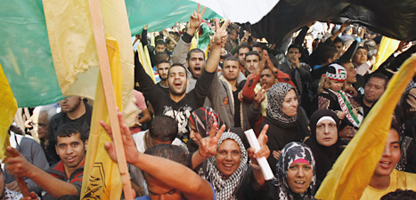Palestinier firar att FN godkänt att palestinska ledare får vara med på vissa möten i FN. Foto: Adel Hana/Scanpix.
