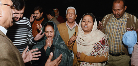 Kvinnor i Pakistan ber för att den skjutna svenska hjälparbetaren   ska överleva. Foto: Arif Ali/Scanpix.