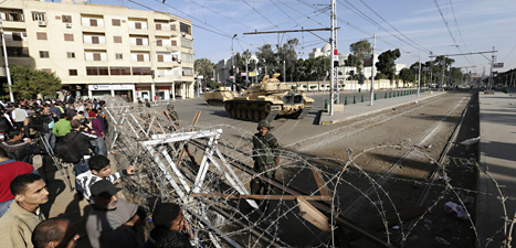Soldater i stridsvagnar vaktar presidentens hus i Egypten. Foto. Hassan Ammar/Scanpix.