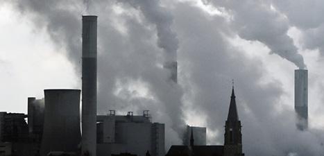 Utsläppen av olika gaser gör att jorden blir varmare. Foto: Frank Augstein/Scanpix