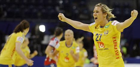 Sabina Jacobsen i svenska handbollslaget jublar efter ett mål mot Serbien. Foto: Marko Drobnjakovic/Scanpix