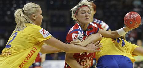 Sabina Jacobsen går till anfall mot Norge. Foto: Marko Drobnjakovic/Scanpix