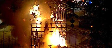 Så här såg det ut när julbocken brann. Sajten www.merjuligavle.se visade bilderna. Foto: Scanpix