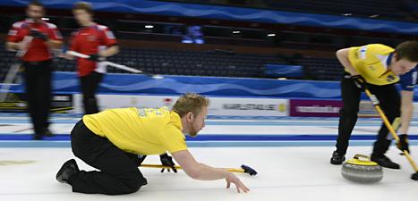 Sveriges Niklas Edin leder curlinglaget som kan ta EM-guld i helgen. Foto: Janerik Henriksson/Scanpix