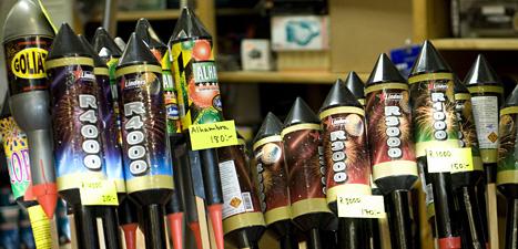 Stora raketer kan vara livsfarliga om de träffar någon människa. Varje år skadas många människor av raketer. Foto: Maja Suslin/Scanpix