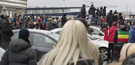 Ungdomarna klättrade upp på bilar och en del kastade stenar och flaskor mot poliserna. Foto: Björn Larsson Rosvall/Scanpix