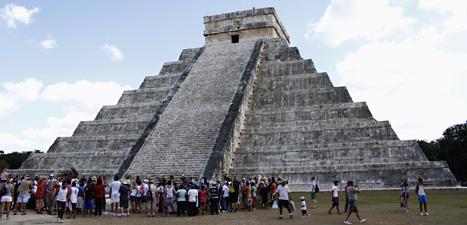 Människor har samlats vid Kukulkanpyramiden i Mexiko. Mayaindianer byggde pyramiden. En del tror att Mayaindianerna sade att världen skulle förstöras den 21 december. Foto: Israel Leal/Scanpix