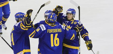 Filip Forsberg klappas om efter att han gjort Sveriges fjärde mål. Foto: Kathy Willens/Scanpix