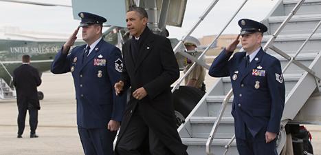Barack Obama kommer till Washington. Han ska få politikerna att komma överens om USAs pengar. Foto: Carolyn Kaster/Scanpix