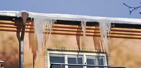 Efter det varma vädret har det blivit kallt och istappar hänger från många hus. Foto: Bertil Ericson/Scanpix