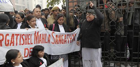 Folk i New Dehli i Indien protesterar och kräver hårda straff för männen som misstänks för mord och våldtäkt. Foto: Manish Svarup/Scanpix