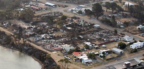 Massor med människor har tvingats fly undan bränderna i Australien. Foto: Chris Kidd/Scanpix.