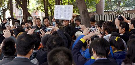 Människor i Kina demonstrerar för tidningarnas rätt att skriva fritt.  Foto: Kyodo News/Scanpix.