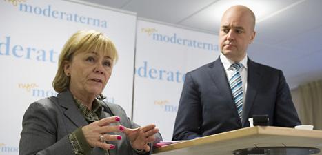 Justitieminister Beatrice Ask berättar om förslaget om hårdare straff för unga. Statsminister Fredrik Reinfeldt lyssnar. Foto: Bertil Enevåg Ericson/Scanpix