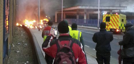 En helikopter har störtat mitt i London. Poliserna tror att det som hänt är en olycka och inte ett terrordåd. Foto: Toby Scott/Scanpix