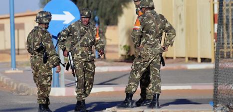 Soldater vaktar flygplatsen nära gasfabriken In Amenas i Algeriet. Foto: Mohammed Kadri/Scanpix.