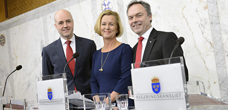 Statsminister Fredrik Reinfeldt bredvid den nya ministern Maria Arnholm och Folkpartiets ledare Jan Björklund. Foto: Jessica Gow/Scanpix