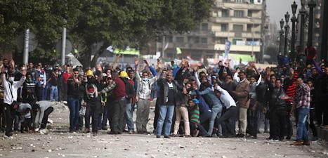 Det har varit bråk och våld i Egypten i helgen. Folk är arga för att 21 människor dömts till döden. Foto: Khalil Hamra/Scanpix.