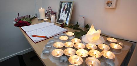 Kamraterna tände ljus för att sörja den mördade 19-åriga  kvinnan i Landskrona. Foto: Stig-Åke Jönsson/Scanpix.