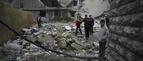 Syriska barn på en sönderbombad gata i staden Aleppo. Foto:Michal Przedlacki/Scanpix.