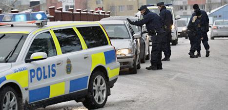 Många poliser jagade männen som rånade Handelsbanken i Täby. Jonas Ekströmer/Scanpix.