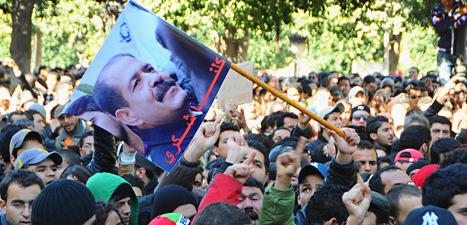 Folk protesterar på gatorna efter mordet på politikern Chokri Belaid i Tunisien. Foto: Hassene Dridi/Scanpix.