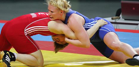 Jenny Fransson i blå dräkt i en kvaltävling inför sommar-OS 2012. Nästa OS ska brottningen inte få vara med. Foto: Aleksandar Djorovic/Scanpix