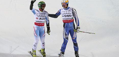 André Myhrer klappar om Philipp Schoerghofer från Österrike efter lagtävlingen i VM. Foto: Matthias Schrader/AP/Scanpix