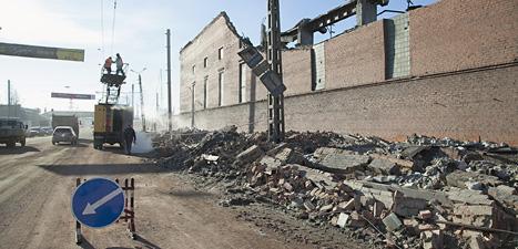 Arbetare i Ryssland lagar el-ledningar som förstörts  av rymdstenarna. Foto. Oleg Kargapolov/Scanpix.