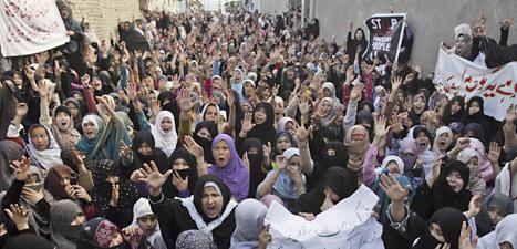 Kvinnor i Pakistan protesterar mot våld. Foto: Arshad Butt/Scanpix.
