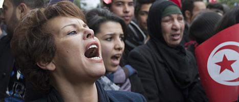Människor protesterar mot regeringen i Tunisien. Foto: Amine Landoulsi/Scanpix.
