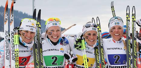 Det svenska laget är glada. De har tagit en silvermedalj i stafetten. Foto: Scanpix/Armando Trovati