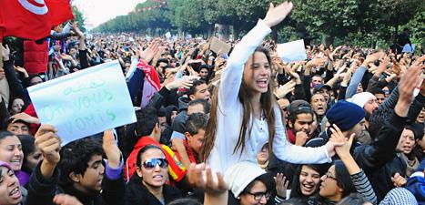 Gatorna i Tunis fylldes av människor som protesterade mot landets ledare. Foto: Hassene Dridi/Scanpix