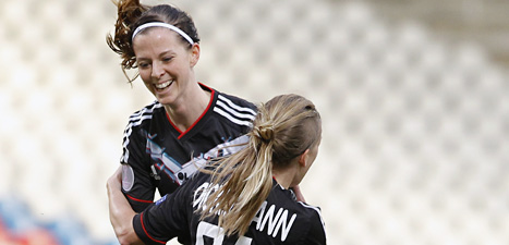 Lotta Schelin gjorde två mål när hennes lag Lyon vann mot Malmö i Champions League.