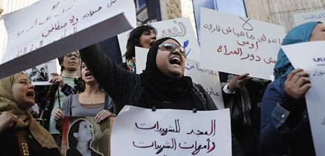 Kvinnor i Kairo i Egypten demonstrerar på den internationella kvinnodagen. Foto: Nasser Nasser/Scanpix.