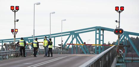 Poliser står på bron där två människor dog sedan de jagats av poliser. Foto: Fredrik Sandberg/Scanpix.