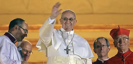 Påven vinkar till folket från sin balkong. Foto: Emilio Morenatti/Scanpix.