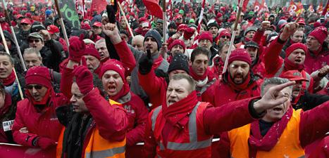 Tusentals människor i protesterade i staden Bryssel på torsdagen.  Demonstranterna är missnöjda med EUs sparade. Foto: Geert vanden Wijngaert/Scanpix.